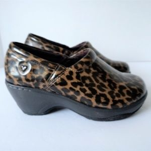 New NurseMates Bryar Leopard Women 6 Wide Clogs